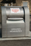 grand après utilisation public français moderne de déchets par le dépassement Image libre de droits
