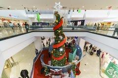 Grand arbre de Noël à l'intérieur du mail Image stock