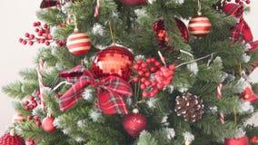 Grand arbre de Noël élégamment habillé