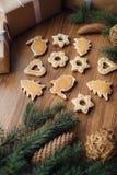 Grand arbre de Noël cuit au four se trouvant sur la table Images libres de droits