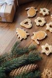 Grand arbre de Noël cuit au four se trouvant sur la table Photographie stock