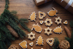 Grand arbre de Noël cuit au four se trouvant sur la table Image libre de droits