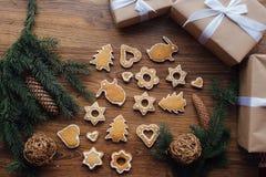 Grand arbre de Noël cuit au four se trouvant sur la table Photo stock