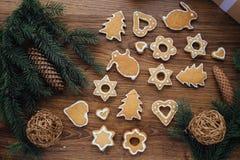 Grand arbre de Noël cuit au four se trouvant sur la table Image stock