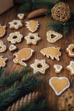 Grand arbre de Noël cuit au four se trouvant sur la table Photographie stock libre de droits