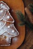 Grand arbre de Noël cuit au four se trouvant sur la table Images stock