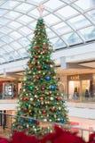 Grand arbre de Noël décoré des lumières et des jouets Images stock
