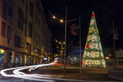 Grand arbre de Noël dans la ville de Faro Photos stock
