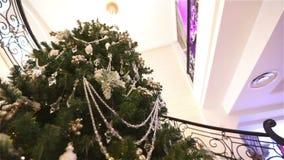 Grand arbre de Noël dans le lobby de l'hôtel ou du restaurant, arbre de Noël dans le hall sur le fond du marbre banque de vidéos