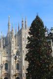 Grand arbre de Noël devant la cathédrale de Milan en Italie Images stock