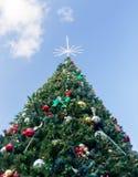 Grand arbre de Noël externe décoré Image stock