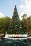 Grand arbre de Noël externe décoré Photos stock