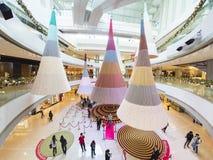 Grand arbre de Noël moderne dans le centre commercial d'IFC, Hong Kong Images libres de droits