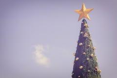 Grand arbre de Noël vert sur le ciel bleu Photographie stock libre de droits