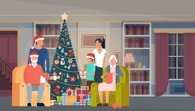 Grand arbre de vert de Noël de famille avec la bannière de bonne année de décoration intérieure de Chambre de boîte-cadeau Photos stock