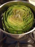 Grand artichaut dans une casserole Images libres de droits