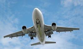 Grand atterrissage d'avion à réaction Images stock