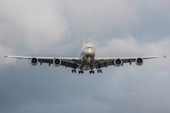 Grand atterrissage d'avion de passagers sur l'aéroport par le temps orageux Image libre de droits