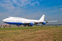 Grand avion à l'aéroport et les gens à côté de lui Image libre de droits