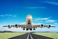 Grand avion à réaction enlevant la piste photographie stock