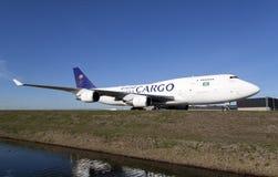 Grand avion de charge blanc sur un ciel bleu Image libre de droits