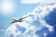 Grand avion de passagers en ciel bleu Images stock