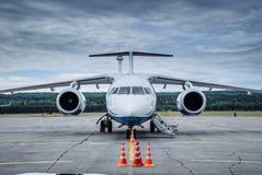 Grand avion de passagers sur la piste de roulement à l'aéroport photos libres de droits