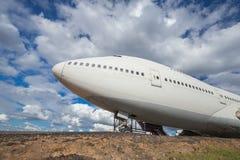 Grand avion principal sur des pistes avec le fond de nuage et de ciel Photographie stock