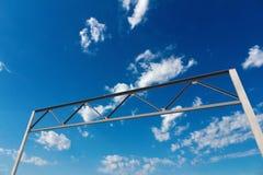 Grand bâti de béton et en métal pour le panneau routier Photos libres de droits