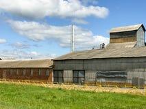 Grand bâtiment agricole agricole de ferme avec l'équipement, maisons, granges, grenier images stock