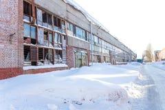 Grand bâtiment industriel abandonné de l'usine avec les fenêtres cassées Photographie stock libre de droits