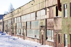 Grand bâtiment industriel abandonné de l'usine avec les fenêtres cassées Photos stock