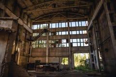 Grand bâtiment ou entrepôt abandonné d'usine Photos libres de droits