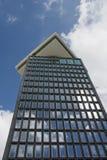 Grand bâtiment sous le ciel bleu avec des réflexions Photographie stock libre de droits