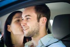 Grand baiser dans la voiture Photographie stock libre de droits