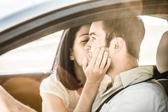 Grand baiser dans la voiture Image libre de droits