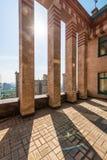 Grand balcon en appartements de luxe de briques sur le toit Photo stock