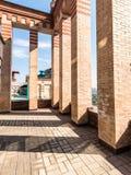 Grand balcon en appartements de luxe de briques sur le toit Photographie stock libre de droits