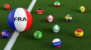 Grand ballon de football dans des couleurs nationales de Frances entouré par de plus petits ballons de football dans d'autres cou Photographie stock libre de droits