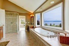Grand baquet de bain de luxe avec la vue de l'eau. Photographie stock libre de droits