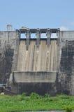 Grand barrage concret le jour ensoleillé Photographie stock libre de droits