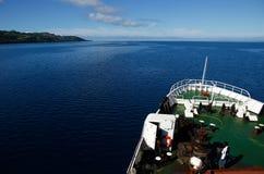 Grand bateau allant le long de l'île de Vanua Levu, Fidji Images stock