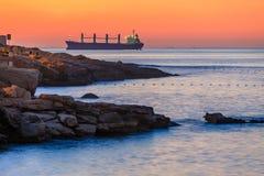 Grand bateau au lever de soleil en mer en malts Images stock
