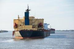 Grand bateau-citerne de pétrole brut à l'ancre dans le fleuve Mississippi photos stock