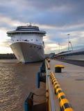 Grand bateau de croisière amarré Images stock