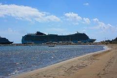 Grand bateau de croisière dans le port de Katakolon Image libre de droits