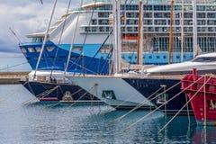 Grand bateau de croisière et plus petits bateaux dans le port Palamos en Espagne, TU Images libres de droits
