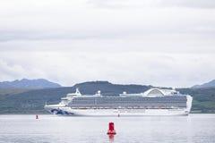 Grand bateau de croisi?re le ferry avec l'arr?t de d?placement de touristes chez Greenock, Ecosse photos stock