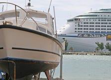 Grand bateau de petit bateau Images libres de droits