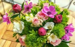 Grand beau bouquet des pivoines, roses, anémones dans un vase Photographie stock libre de droits